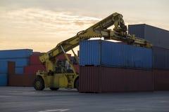 La capacité de chargement de récipients de cargaison est jusqu'aux bateaux Photos libres de droits