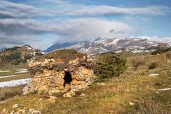 La capanna del pastore nel paesaggio della montagna immagini stock libere da diritti