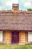 La capanna di legno ucraina ha ricoperto di paglia alto bloccato Immagine Stock Libera da Diritti