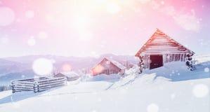La capanna nelle montagne nell'inverno, fondo con una certa morbidezza evidenzia e la neve si sfalda Carpathians, Ucraina Fotografia Stock