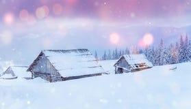 La capanna nelle montagne nell'inverno, fondo con una certa morbidezza evidenzia e la neve si sfalda Carpathians, Ucraina Fotografia Stock Libera da Diritti