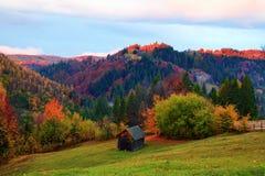 La capanna sola sta alta nel prato della montagna Fotografia Stock Libera da Diritti