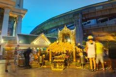 La capilla de Erawan en la intersección de Ratchaprasong en la noche Imagen de archivo libre de regalías