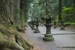 La capilla de Fujiyoshida Sengen por un acercamiento largo alineó por las linternas de piedra Fotos de archivo libres de regalías