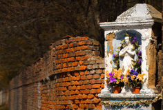 La capilla de piedra vieja, pared de ladrillo, otoño, coloreó el paisaje del país, fondo idílico Fotografía de archivo