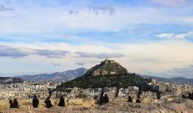 La capilla del siglo XIX de San Jorge en el monte Licabeto vio sobre los tejados de Atenas de la acrópolis con las siluetas o Imagenes de archivo