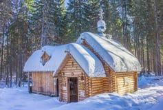 La capilla fijó el la primavera cerca de la ciudad de Gorodets Rusia imagen de archivo