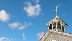 La capilla y las nubes viejas colocan almacen de video
