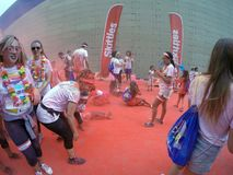 La capitale ligurienne la course de couleur, 5 kilomètres à courir le long ou marchant, avec des explosions des poudres colorées, Photographie stock