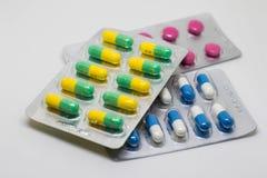 La capsule jaune et blanche dope des pilules Images libres de droits