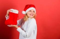 La cara alegre de la muchacha consiguió el regalo en calcetín de la Navidad Concepto de la media de la Navidad Vacaciones de invi fotos de archivo