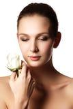 La cara bonita de la mujer joven hermosa con subió en las manos - blanco foto de archivo libre de regalías