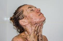 La cara de la muchacha atractiva hermosa joven con la muchacha larga que toma un baño desnudo en los procedimientos del balneario Imagenes de archivo