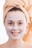 La cara de la muchacha hermosa con crema Fotos de archivo libres de regalías