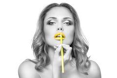 La cara de la mujer con maquillaje de los labios del yelow de la moda Fotografía de archivo libre de regalías