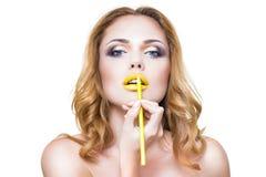 La cara de la mujer con maquillaje de los labios del yelow de la moda Fotos de archivo
