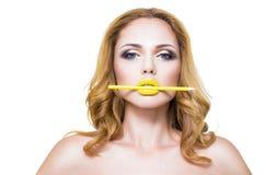 La cara de la mujer con maquillaje de los labios del yelow de la moda Imagen de archivo