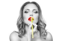 La cara de la mujer con maquillaje yelow&red moda de los labios Imagen de archivo libre de regalías