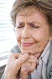 La cara de la mujer mayor del trastorno con los ojos se cerró imagen de archivo libre de regalías