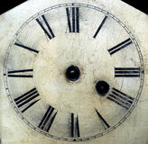 La cara de reloj antigua vieja con las manos quitó el detalle del primer. Fotografía de archivo libre de regalías