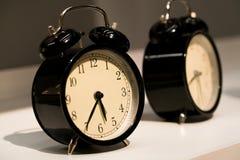 La cara de relojes del vintage de la alarma en la tabla Foto de archivo libre de regalías
