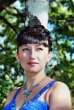 La cara de una muchacha hermosa en las maderas acerca al abedul Imagenes de archivo