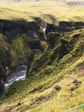 La cara del acantilado en el barranco de Fjadrargljufur en Islandia fotografía de archivo libre de regalías