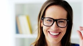 La cara del centro sonriente feliz envejeció a la mujer en vidrios metrajes