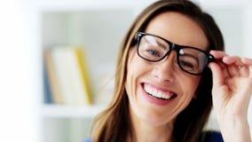 La cara del centro sonriente feliz envejeció a la mujer en vidrios almacen de video