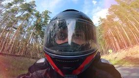 La cara del conductor de la moto en un cierre para arriba almacen de metraje de vídeo