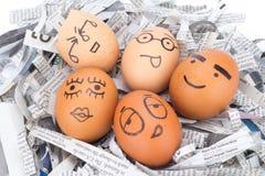 la cara del huevo en los periódicos recicla Imágenes de archivo libres de regalías