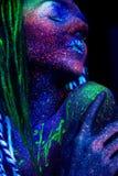 La cara del ` s de la muchacha, extranjeros dormidos Manos cerca de la cara, maquillaje ultravioleta Imagenes de archivo