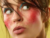 La cara femenina con la piel perfecta y brillantes hermosos componen fotos de archivo libres de regalías