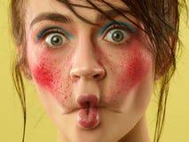 La cara femenina con la piel perfecta y brillantes hermosos componen imagen de archivo libre de regalías