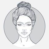 La cara hermosa de la muchacha con estilo de pelo superior del nudo, compone y expresión neutral Retrato dibujado mano de la muje Imagen de archivo libre de regalías