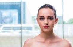 La cara hermosa de la mujer joven foto de archivo libre de regalías