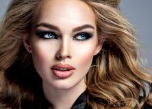 La cara hermosa de una mujer joven agradable mira lejos fotos de archivo