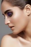 La cara modelo hermosa con la moda observa el maquillaje, piel de la pureza fotos de archivo libres de regalías