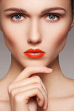La cara modelo limpia hermosa con los labios rojos brillantes construye Fotografía de archivo