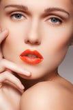 La cara modelo limpia hermosa con los labios rojos brillantes construye Fotografía de archivo libre de regalías