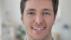 La cara se cierra para arriba de hombre joven hermoso sonriente almacen de metraje de vídeo