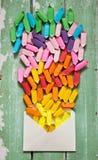 La caramella colorata in involucri di carta vola dalla busta Celebra Fotografie Stock Libere da Diritti
