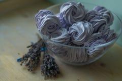La caramella gommosa e molle viola in una ciotola resta su una tavola di legno Immagine Stock