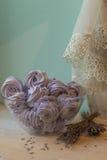La caramella gommosa e molle viola in una grande ciotola di vetro con lavanda fiorisce Fotografie Stock Libere da Diritti