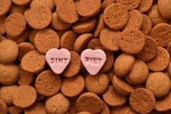 la caramella olandese tipica dei biscotti allo zenzero anche conosciuta come pepernoten o kruidnoten con Piet e Sint Candy Fotografia Stock Libera da Diritti