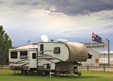 La caravana grande del crucero parqueó en el camping de Temora, al lado del aeródromo Imágenes de archivo libres de regalías