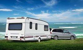 La caravane se tient sur la pelouse Vedic à côté de la mer photographie stock libre de droits
