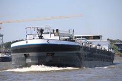 La carga interior envía en los leks del río que transportan el seafreight a los puertos en Alemania y Suiza foto de archivo