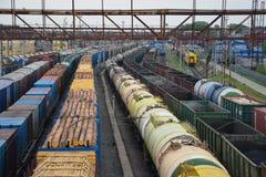 La cargaison forme le plan rapproché Vue aérienne des trains sur la stat de chemin de fer image libre de droits