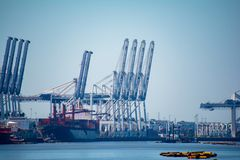 La cargaison tend le cou décharger des bateaux images stock